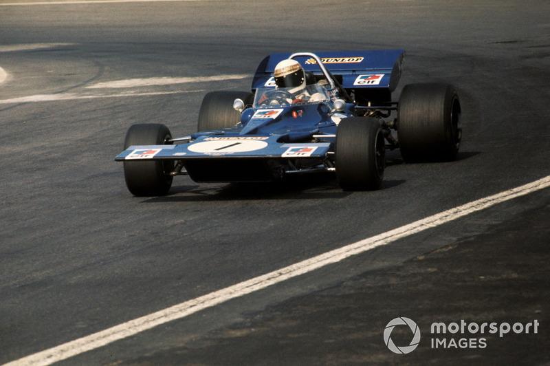 …но затем вынужден был остановиться в боксах. На кочковатой мексиканской трассе на его Tyrrell сорвалась с креплений рулевая колонка. После ремонта шотландец вернулся в гонку, но еще через два десятка кругов сошел окончательно – под колеса его машины невесть откуда выскочила бродячая собака, погнув подвеску.