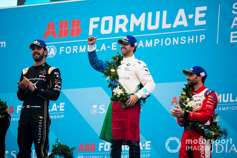Il vincitore Antonio Felix da Costa, BMW I Andretti Motorsports sul podio con il secondo classificato Jean-Eric Vergne, DS TECHEETAH, e il terzo classificato Jérôme d'Ambrosio, Mahindra Racing
