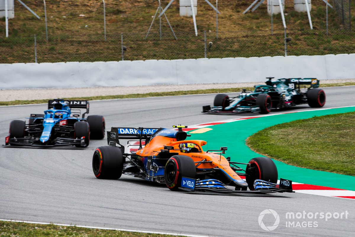Lando Norris, McLaren MCL35M, Fernando Alonso, Alpine A521 y Lance Stroll, Aston Martin AMR21