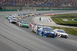 Martin Truex Jr., Furniture Row Racing, Toyota Camry Auto-Owners Insurance and Erik Jones, Joe Gibbs Racing, Toyota Camry Freightliner lead the field to the green flag