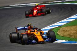 Stoffel Vandoorne, McLaren MCL33 y Kimi Raikkonen, Ferrari SF71H