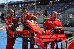 Des mécaniciens Ferrari