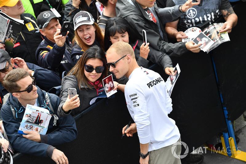 Valtteri Bottas, Mercedes-AMG F1 fans selfie