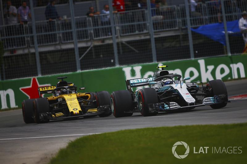 Valtteri Bottas, Mercedes AMG F1 W09, por delante de Carlos Sainz Jr., Renault Sport F1 Team R.S. 18