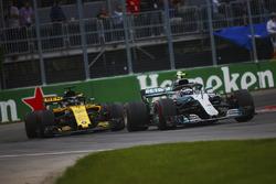 Валттери Боттас, Mercedes AMG F1 W09, и Карлос Сайнс, Renault Sport F1 Team RS18