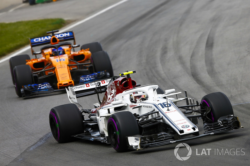 Charles Leclerc, Sauber C37, por delante de Fernando Alonso, McLaren MCL33