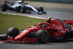Кими Райкконен, Ferrari SF71H, и Льюис Хэмилтон, Mercedes AMG F1 W09