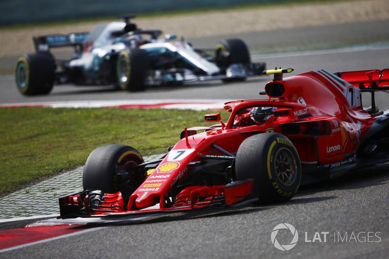 Kimi Raikkonen, Ferrari SF71H, devant Lewis Hamilton, Mercedes AMG F1 W09
