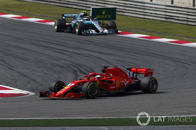 Sebastian Vettel, Ferrari SF71H, devant Valtteri Bottas, Mercedes AMG F1 W09