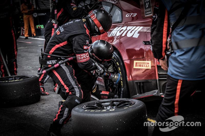 Pit stop, #23 GT SPORT MOTUL Team RJN Nissan GT-R Nismo GT3: Lucas Ordonez, Alex Buncombe, Matt ParrySean Walkinshaw