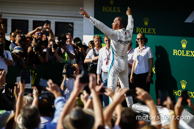 Lewis Hamilton, Mercedes AMG F1, celebra su triunfo en Parc Ferme
