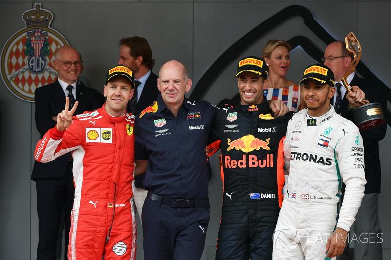 Podio: il secondo classificato Sebastian Vettel, Ferrari, Adrian Newey, Red Bull Racing, il vincitore della gara Daniel Ricciardo, Red Bull Racing, il terzo classificato Lewis Hamilton, Mercedes-AMG F1