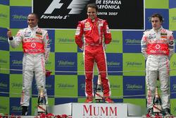 Il vincitore della gara Felipe Massa, Ferrari, il secondo classificato Lewis Hamilton, McLaren, il terzo classificato Fernando Alonso, McLaren