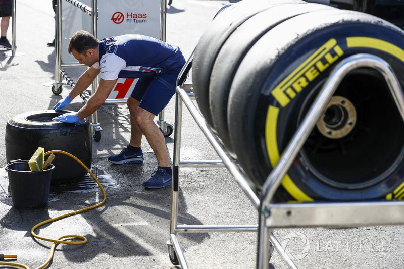 El miembro del equipo Williams limpia los neumáticos