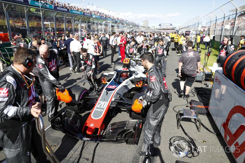 Инженеры Haas F1 и автомобиль VF-18 Кевина Магнуссена