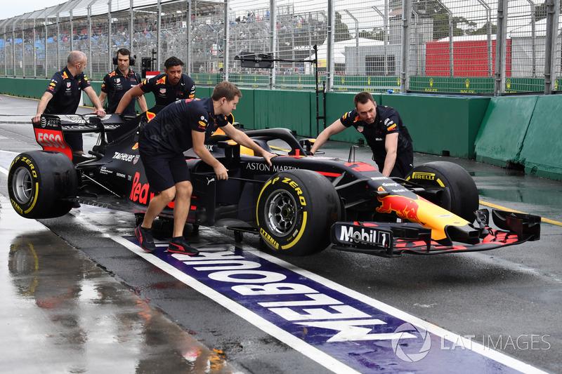 Mekanik Red Bull mendorong Red Bull RB14 di pitlane