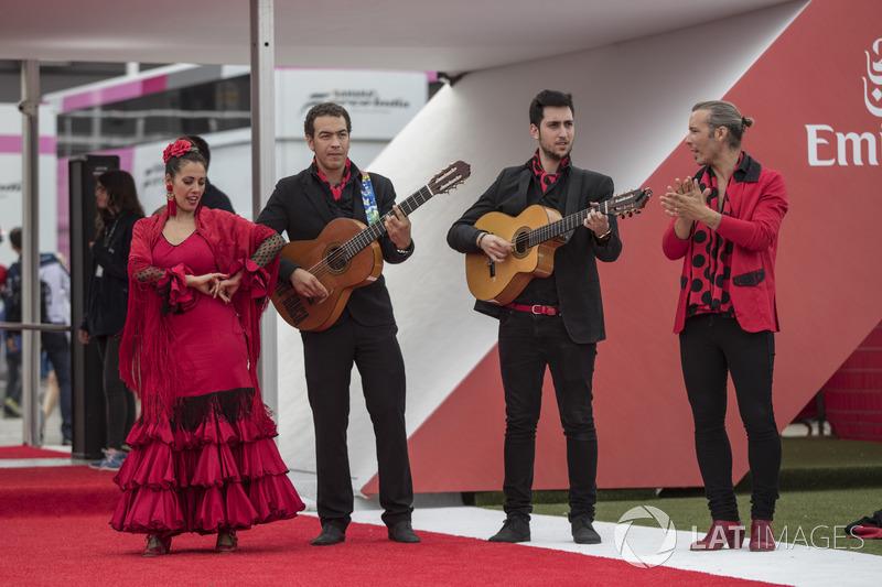 Este grupo tocava e dançava músicas típicas da Espanha na entrada do paddock.