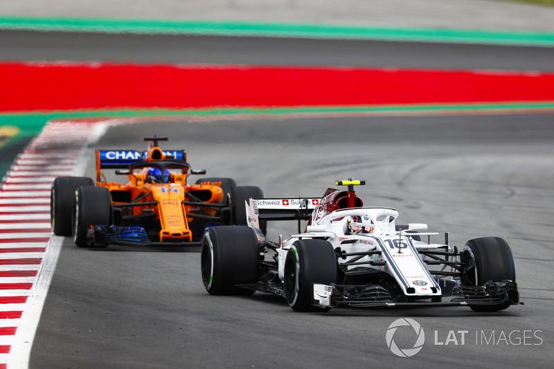 Alonso tijdens zijn gevecht met Leclerc