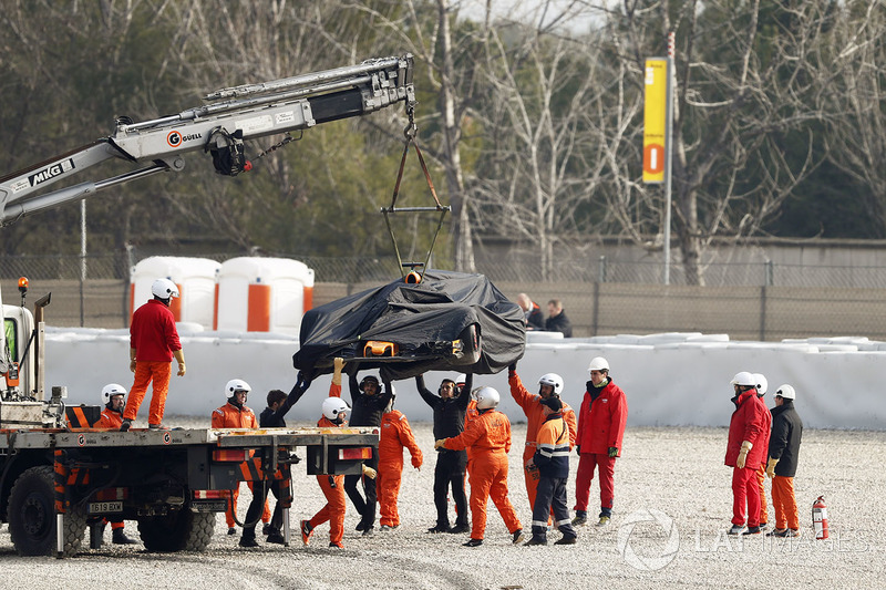Marshals recover the car of Fernando Alonso, McLaren MCL33
