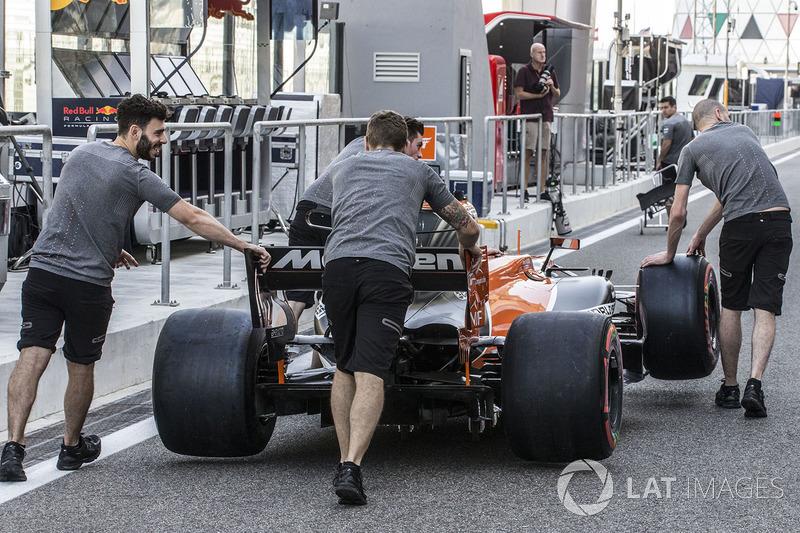 McLaren mechanics with McLaren MCL32 in pit lane
