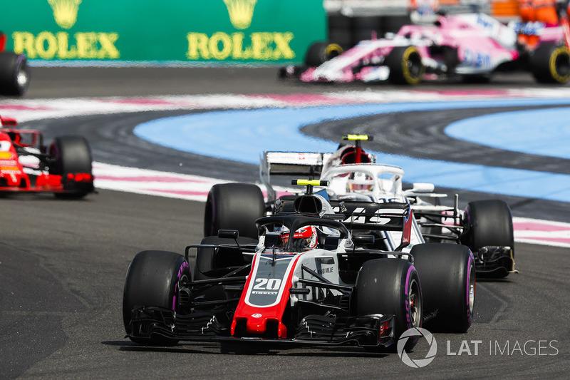 Kevin Magnussen, Haas F1 Team VF-18, por delante de Charles Leclerc, Sauber C37