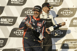 Podium: winnaar Gabriele Tarquini, BRC Racing Team Hyundai i30 N TCR, Yvan Muller, YMR Hyundai i30 N TCR