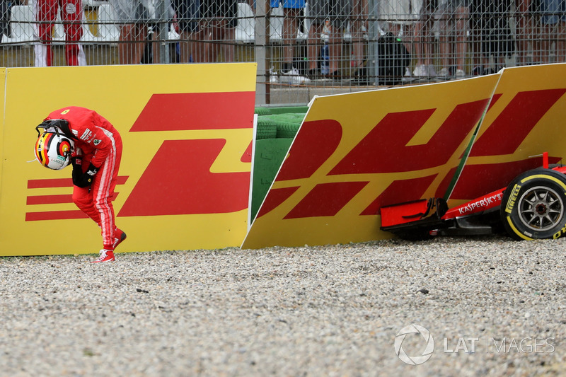Sebastian Vettel, Ferrari SF71H, se ne va dopo l'incidente