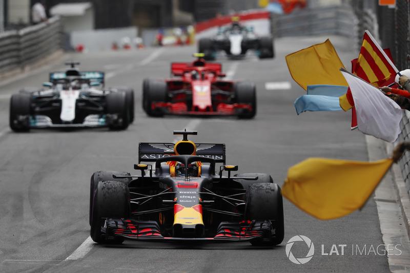 Daniel Ricciardo, Red Bull Racing RB14, es recibido por mariscales que ondean banderas, por delante de Lewis Hamilton, Mercedes AMG F1 W09 y Kimi Raikkonen, Ferrari SF71H