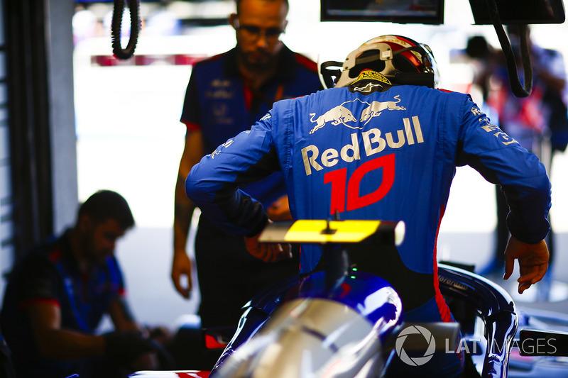 Pierre Gasly, Toro Rosso, entra en su coche