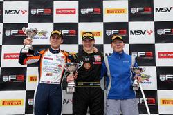 Podium : le deuxième Nicolai Kjaergaard, Carlin, le vainqueur Linus Lundqvist, Double R, le troisième Billy Monger, Carlin