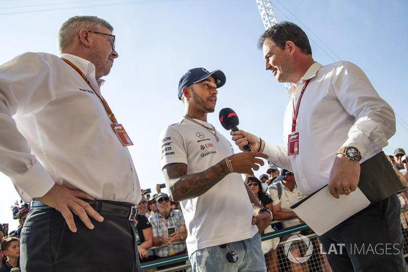 Lewis Hamilton, Mercedes-AMG F1 avec Ross Brawn, manager de la Formule 1, et James Allen