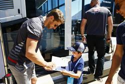 Romain Grosjean, Haas F1 Team, firmar un autógrafo para un joven fan