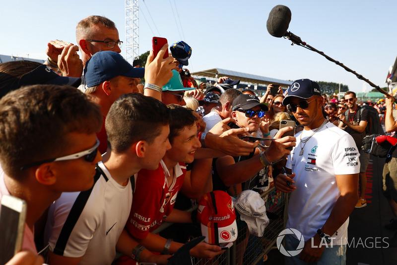 Lewis Hamilton, Mercedes AMG F1, firma autografi ai tifosi
