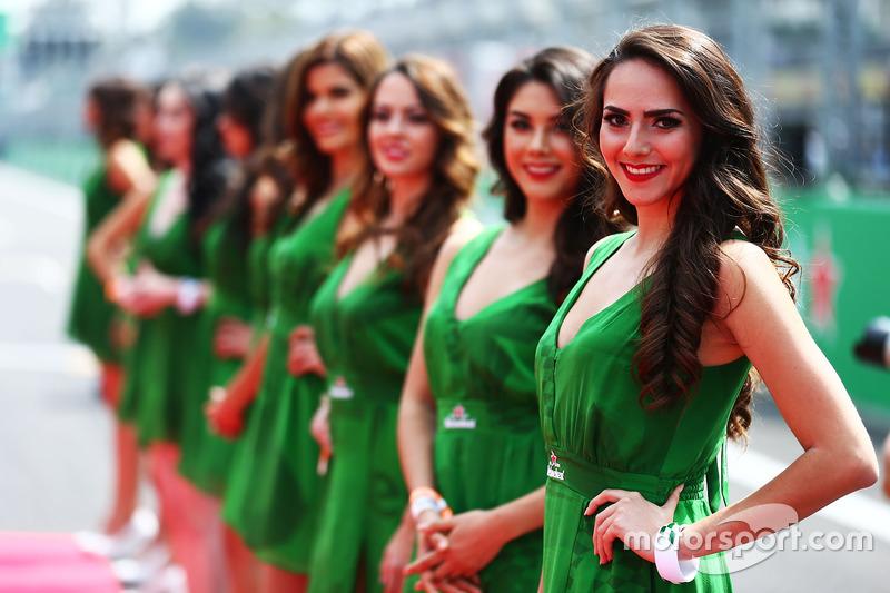 Гарненькі дівчата на параді пілотів