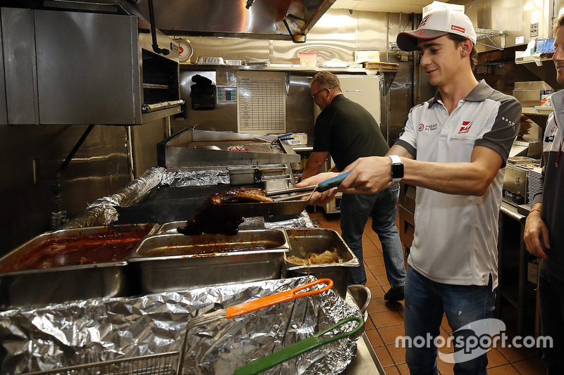 Esteban Gutierrez, Haas F1 Team, am Grill im Mac's Speed Shop in Charlotte