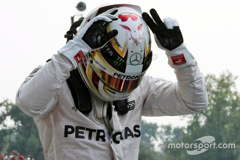 Lewis Hamilton, Mercedes AMG F1 pole pozisyonunu kutluyor, parc ferme