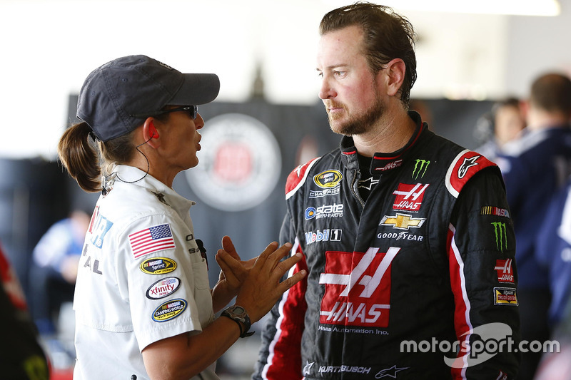 Kurt Busch, Stewart-Haas Racing Chevrolet parla con un ufficiale NASCAR