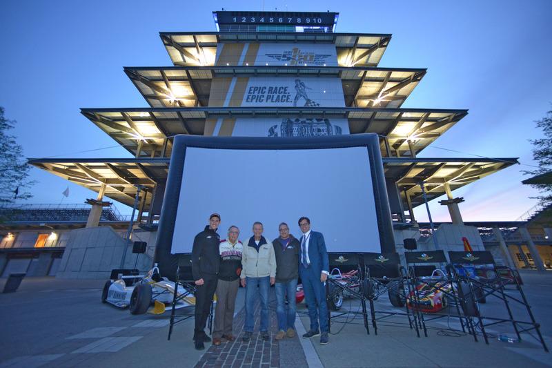 Bobby Unser, Matt Brabham, Doug Boles ve yönetmen David Anspaugh, 'Winning at the Indianapolis Motor Speedway' filminin gösterimi için Pagoda'da