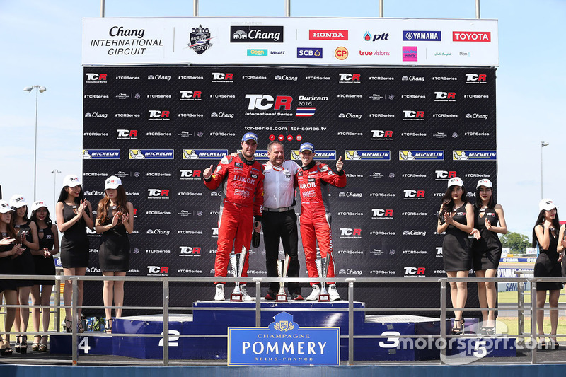 Podium: winner Pepe Oriola, SEAT Leon, Team Craft-Bamboo LUKOIL, second place James Nash, Team Craft-Bamboo, SEAT León TCR, third Gianni Morbidelli, Honda Civic TCR, West Coast Racing