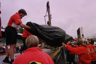 La monoposto di Jacques Villeneuve, Williams, viene riportata ai box dopo l'incidente