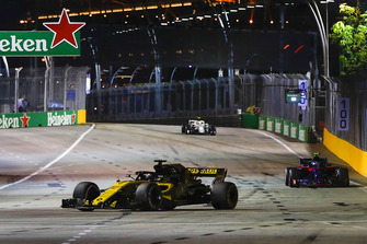 Nico Hulkenberg, Renault Sport F1 Team R.S. 18, precede Pierre Gasly, Scuderia Toro Rosso STR13