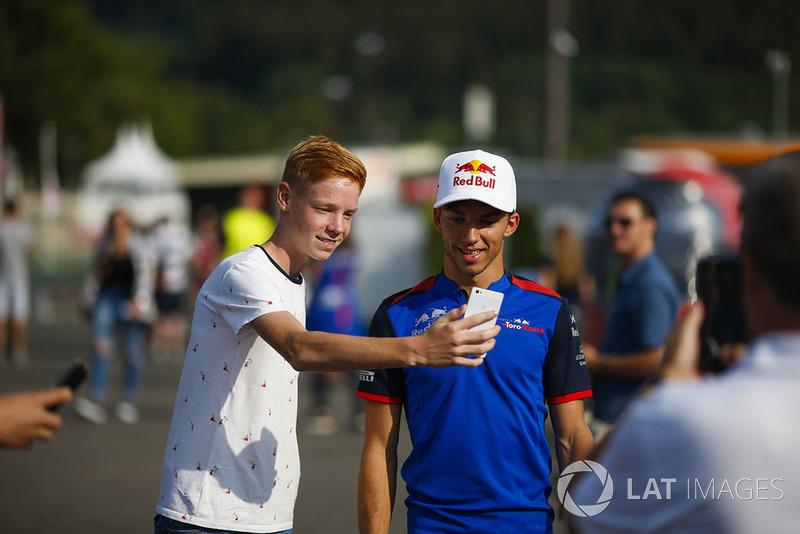 Pierre Gasly, Toro Rosso, has his picture taken by a fan