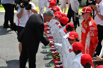 Chase Carey, Chief Executive Officer ed Executive Chairman del Formula One Group, in griglia di partenza con i grid kid