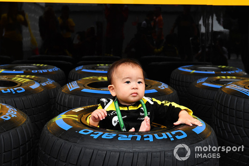 Young Renault Sport F1 Team fan and Pirelli tyre