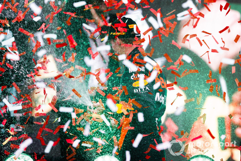Podio: ganador de la carrera Max Verstappen, Red Bull Racing, celebra