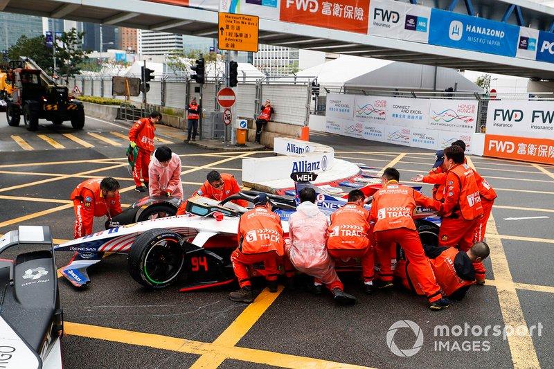 La vettura di Pascal Wehrlein, Mahindra Racing, M5 Electro su un marshal mentre viene rimossa