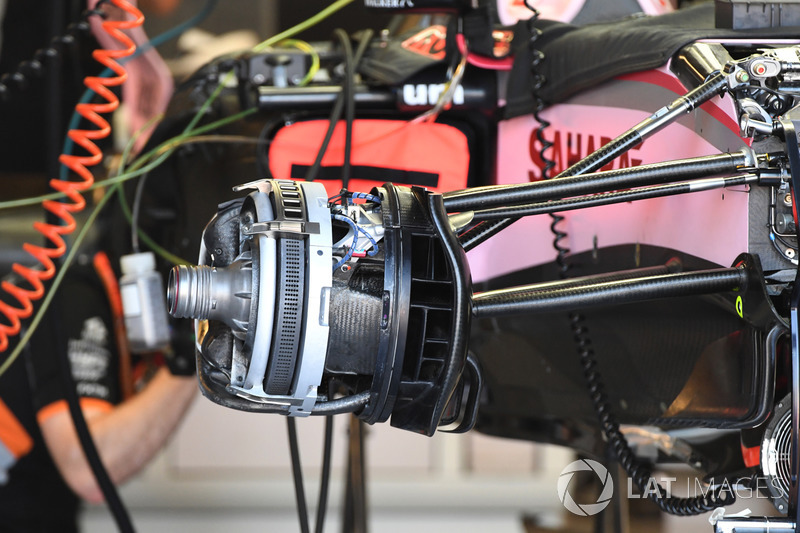 Sahara Force India VJM10, freno delantero y detalle de la rueda
