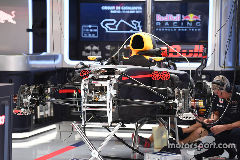 Red Bull Racing RB13 в гараже