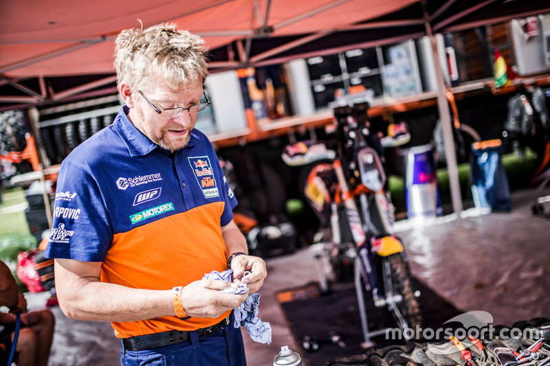 Miembro del equipo Red Bull KTM Factory Racing en el bivouac