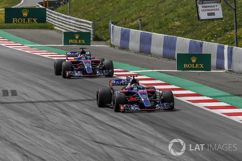 Карлос Сайнс-молодший, Scuderia Toro Rosso STR12 попереду Данііла Квята, Scuderia Toro Rosso STR12